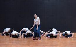 Danza tibetana de Guozhuang 4-Chinese - ensayo de la enseñanza en el nivel del departamento de la danza fotografía de archivo