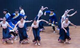 Danza tibetana de Guozhuang 4-Chinese - ensayo de la enseñanza en el nivel del departamento de la danza foto de archivo libre de regalías