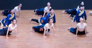 Danza tibetana de Guozhuang 5-Chinese - ensayo de la enseñanza en el nivel del departamento de la danza fotografía de archivo libre de regalías