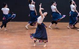 Danza tibetana de Guozhuang 5-Chinese - ensayo de la enseñanza en el nivel del departamento de la danza fotografía de archivo