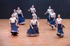 Danza tibetana de Guozhuang 6-Chinese - ensayo de la enseñanza en el nivel del departamento de la danza fotografía de archivo libre de regalías