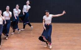 Danza tibetana de Guozhuang 6-Chinese - ensayo de la enseñanza en el nivel del departamento de la danza fotos de archivo libres de regalías