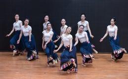 Danza tibetana de Guozhuang 8-Chinese - ensayo de la enseñanza en el nivel del departamento de la danza imágenes de archivo libres de regalías