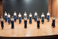 Danza tibetana de la acción 2-Chinese del golpecito - ensayo de la enseñanza en el nivel del departamento de la danza fotografía de archivo libre de regalías