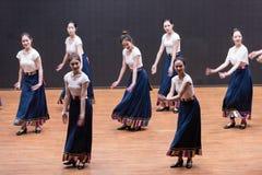 Danza tibetana de la acción 2-Chinese del golpecito - ensayo de la enseñanza en el nivel del departamento de la danza foto de archivo