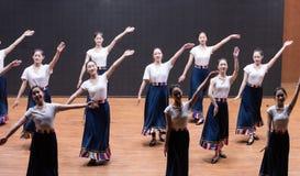 Danza tibetana de la acción 3-Chinese del golpecito - ensayo de la enseñanza en el nivel del departamento de la danza fotos de archivo libres de regalías