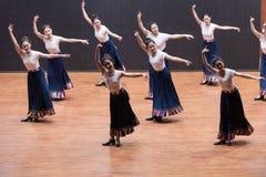 Danza tibetana de la acción 4-Chinese del golpecito - ensayo de la enseñanza en el nivel del departamento de la danza fotos de archivo libres de regalías