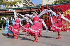 Danza tibetana de la danza de la gente Imagen de archivo libre de regalías