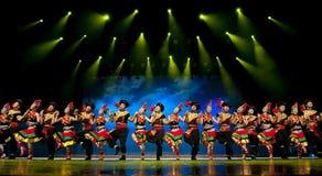 Danza étnica china de la nacionalidad de Yi Fotos de archivo
