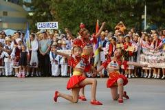Danza tradicional china en el festival internacional del folclore para los niños y los pescados de oro de la juventud Imagen de archivo