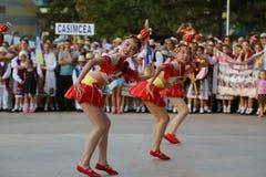 Danza tradicional china en el festival internacional del folclore para los niños y los pescados de oro de la juventud Foto de archivo libre de regalías