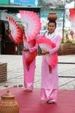 Danza tradicional con la fan Fotos de archivo