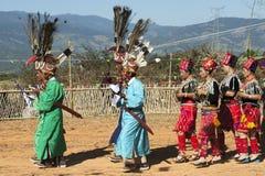 Danza tradicional de Jingpo Fotografía de archivo