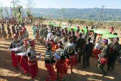 Danza tradicional de Jingpo Fotos de archivo libres de regalías