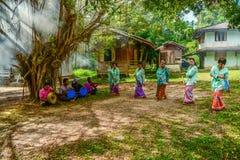Danza tradicional de Ronggeng, con el equipo tradicional de la música Imágenes de archivo libres de regalías