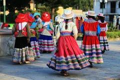 Danza tradicional peruana en el pueblo de Yanque, Perú Imagen de archivo