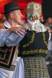 Danza tradicional rumana con los trajes 1 del específico Imágenes de archivo libres de regalías