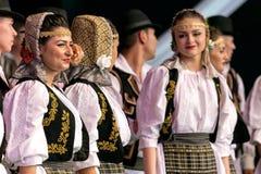 Danza tradicional rumana con los trajes 2 del específico Imagen de archivo libre de regalías