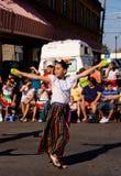 Danza a través de una muchedumbre Imagen de archivo libre de regalías