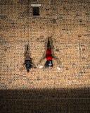 Danza vertical del teatro de la calle Imagen de archivo libre de regalías