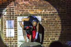 Danza vertical del teatro de la calle Fotos de archivo