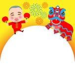 Danza y hombre de león china del Año Nuevo con la máscara de la sonrisa