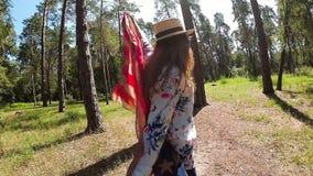 Danza y salto americanos felices con la bandera de los E.E.U.U. en parque, concepto nacional de la muchacha de América almacen de video