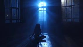 Danzas adolescentes de la muchacha que el claro de luna penetra a través de la ventana Silueta metrajes