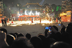 Danzas chinas del dragón del fuego del Año Nuevo Imagen de archivo