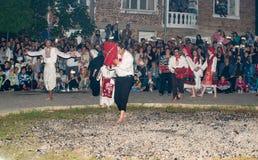 Danzas con los iconos ortodoxos en los carbones calientes en los carbones de Nestinarsky, Bulgaria Fotografía de archivo libre de regalías