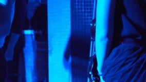 Danzas de la mujer mientras que sostiene un violín almacen de metraje de vídeo