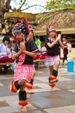 Danzas de la tribu de la colina Imagen de archivo