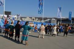Danzas populares en el parque olímpico en Sochi Foto de archivo