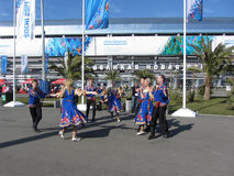 Danzas populares en el parque olímpico en Sochi Foto de archivo libre de regalías