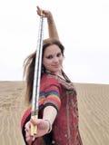 Danzatore arabo in abito rosso che mostra i bastoni Fotografia Stock Libera da Diritti