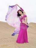 Danzatore arabo che tiene un panno al deserto Fotografia Stock