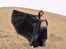 Danzatore arabo scuro al deserto con le ali Fotografia Stock