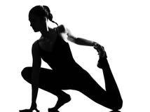 Danzatore di balletto della donna che allunga riscaldamento Fotografie Stock Libere da Diritti