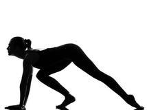 Danzatore di balletto della donna che allunga riscaldamento Immagine Stock