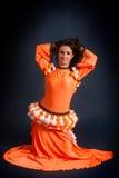 Danzatore di bellezza che propone in costume arancione tradizionale Fotografia Stock Libera da Diritti