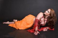 Danzatore di pancia nel colore rosso fotografia stock libera da diritti