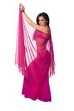 Danzatore di pancia spostato in un velare di colore rosa caldo Immagini Stock