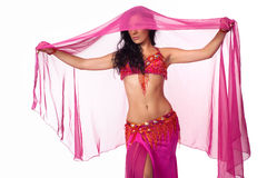 Danzatore di pancia spostato in un velare di colore rosa caldo Fotografie Stock Libere da Diritti