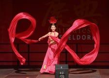 Danzatore di seta del circo cinese della condizione. Fotografia Stock Libera da Diritti