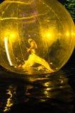 Danzatore e la sua ombra sulla superficie del fiume Fotografia Stock