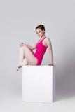 Danzatore ginnasta attraente della giovane donna su un bianco Fotografia Stock