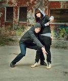 Danzatore moderno di stile che propone dietro Fotografia Stock Libera da Diritti