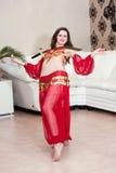 Danzatore orientale con gettiamo Fotografie Stock