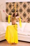 Danzatore orientale con un lampadario Fotografia Stock Libera da Diritti
