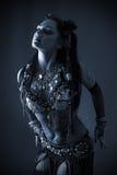 Danzatore tribale nello scuro blu fotografia stock